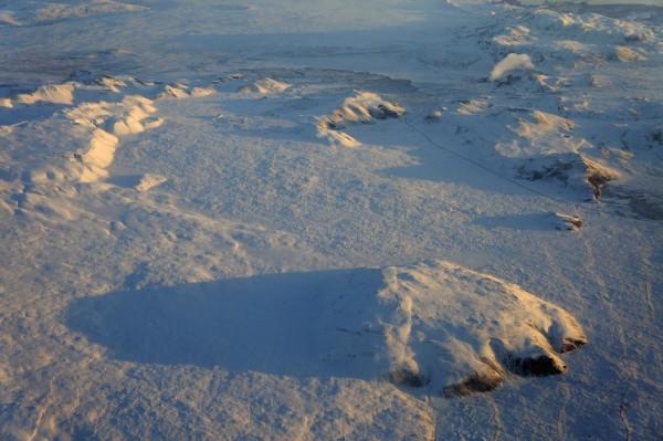 Tief verschneites Island aus der Luft