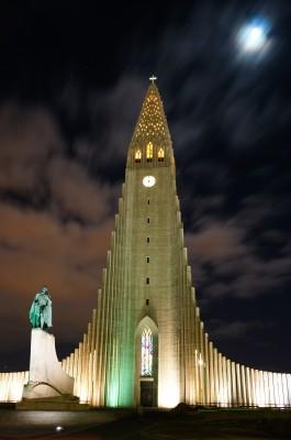 Kathedrale von Reykjavik nachts