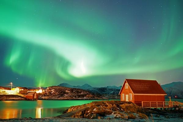 Fischerdorf unter dem Polarlicht