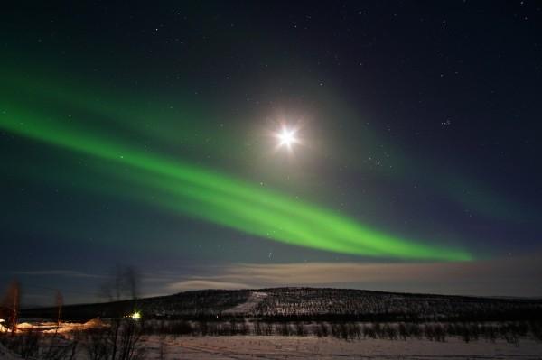 Der Mond wacht über das Polarlicht