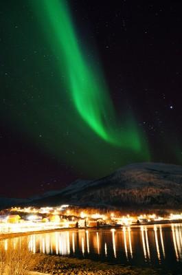 Dorfreflektion unter Polarlicht