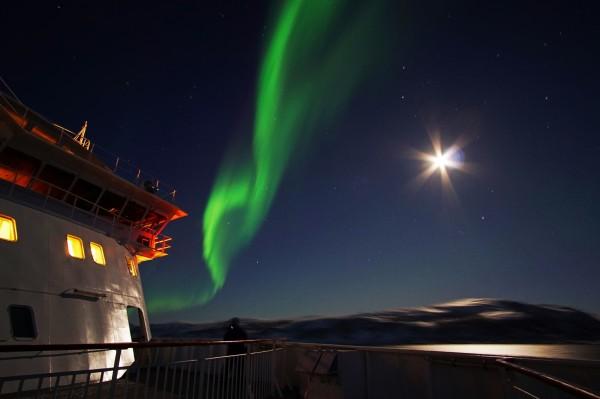 M/S Finnmarken im Mondschein