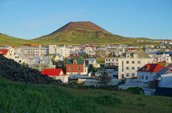 Der Vulkan thront über dem Dorf